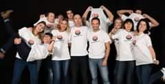 L'image contient peut-être: 11 personnes, personnes souriantes, personnes debout
